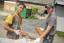Na stavbě jsme ve čtvrtek zastihli partu dříčů, na snímku jsou Miloš (vlevo) s Markem.