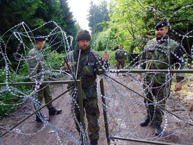 Žiletkový zátaras na kótě 718 v Brdech instalovala armáda poté, co z ní vyhnala aktivisty z Greenpeace v létě loňského roku.