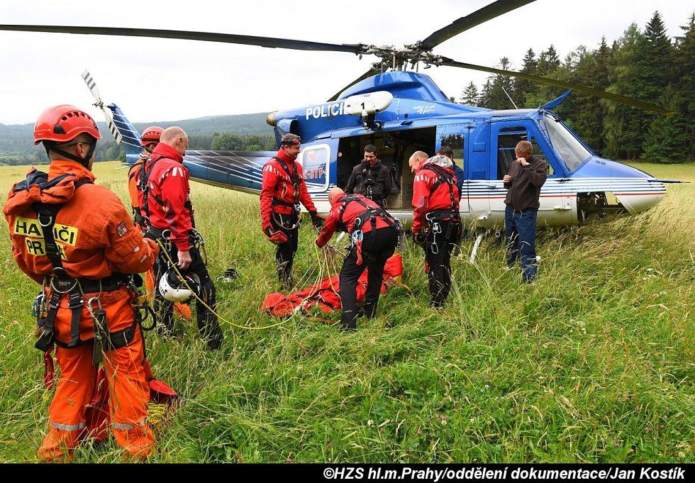 Hasiči v Brdech cvičili záchranu lidí ze skály.