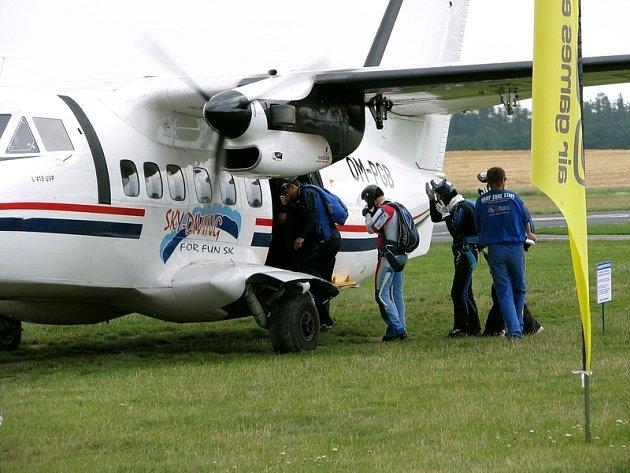Výsadkové lety zůstavají klasifikovány jako letecké práce, parašutistům tedy žádné změny nehrozí.