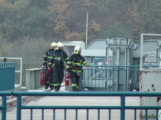 Cvičení hasičů a slaňování na orlické přehradě.