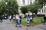 Před Základní školou Jiráskovy sady v Příbrami.