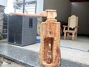 CHALUPÁŘSKÝ set je humornou letošní prací Václava Křížka jako varování, jak to při práci s dřevem vypadat nemá.