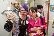 Skupinka lidí v barevném oblečení, s klaunskými nosy a květinami. Tak vypadají zdravotní klauni při jejich Turné plném smíchu. V úterý navštívila osmičlenná klaunská skupinka i příbramské oddělení léčení dlouhodobě nemocných.