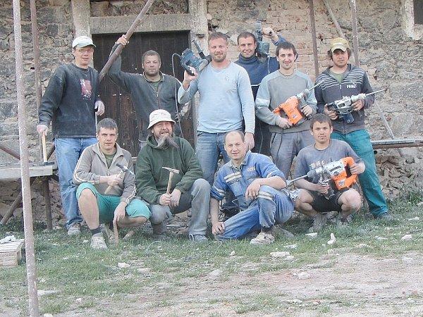 Klučenice. Chlapi zKlučenic pomáhali odstranit omítku ze stodoly.