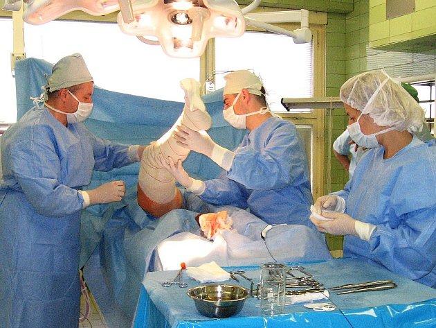 Lékařský tým v čele s cévním chirurgem Jaroslavem Klimentem (vlevo) při včerejší operaci.