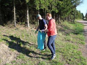 Několik skupin dobrovolníků o víkendu uklízely část CHKO Brdy