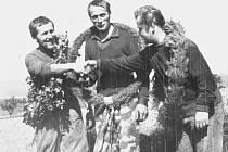 KAREL MAŘÍK vlevo na archivním snímku ze závodů na Planém vrchu  v Zalánech s Františkem Brettlem a Františkem Žánem.