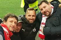 Dobříšský fanoušek Slavie Praha Milan Veselý (vpravo) na fotografii mimo jiné s brankářem Přemyslem Kovářem.