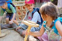 Otevření naučné stezky na Padáku za účasti dětí z příbramské waldorfské školky.