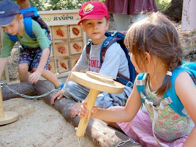 Otevření naučné stezky na Padáku za účasti dětí zpříbramské waldorfské školky.