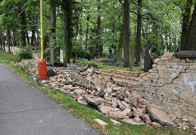 Březohorský hřbitov je už dlouho v havarijním stavu. Bylo jen otázkou času, kdy se svalí zeď. V zadní části hřbitova, směrem k sídlišti, leží sutiny v délce zhruba 12 metrů.