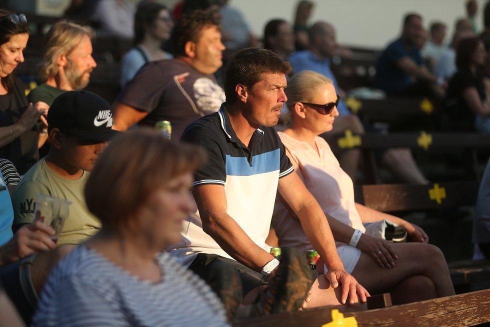 Zaplněnému příbramskému letnímu kinu zahráli v pátek 30. července 2021 Voxel s Čechomorem.