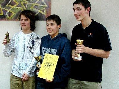 Jinecký pěšec: trojice nejlepších (zleva) - vítěz Kryštof Šneiberg, Roman Sladovník a Garegin Minasjan.