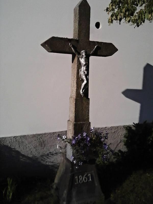 Na cestě. Křížek z roku 1861 na kraji Petrovic.