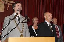 Ustavující zastupitelstvo v Příbrami. Končící starosta Pavel Pikrt předal funkci Jindřichu Vařekovi.