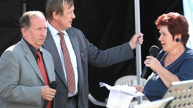 Jiří Burian a Antonín Podzimek s redaktorkou Příbramského deníku Marií Břeňovou na Dni s Deníkem v Sedlčanech