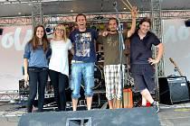 PŘÍBRAMSKÁ skupina O.K.Mžik na pojízdném pódiu.
