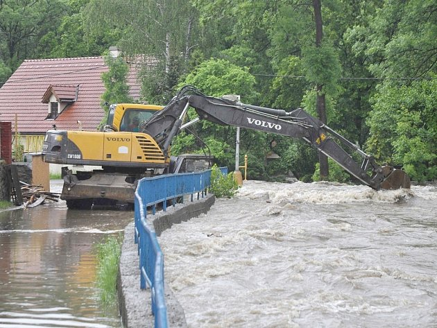 Poničený most v Novém Kníně.