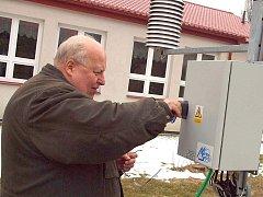 Hubert Hoyer u nové meteorologické stanice v Rožmitále v březnu 2011.