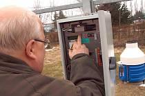 Hubert Hoyer u nové meteorologické stanice v Rožmitále.