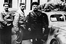 6. 5. 1945 dorazili do Příbrami z brdských lesů členové partyzánské skupiny Smrt fašismu, kterým velel sovětský parašutista kpt. Jevgenij Antonovič Olesinskij (vpravo). Uprostřed jeho řidič, příbramský partyzán Petr Hošek a vlevo partyzán Miroslav Kadlec.