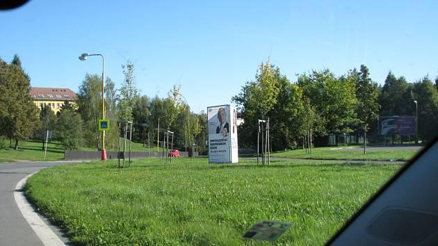 Některé billboardy brání řidičům ve výhledu.