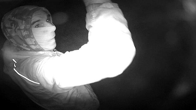 Policisté zajistili kamerové záznamy, kdy po jejich vyhodnocení zjistili, že v inkriminované době se v místě odcizení okapů pohybovala neznámá osoba.