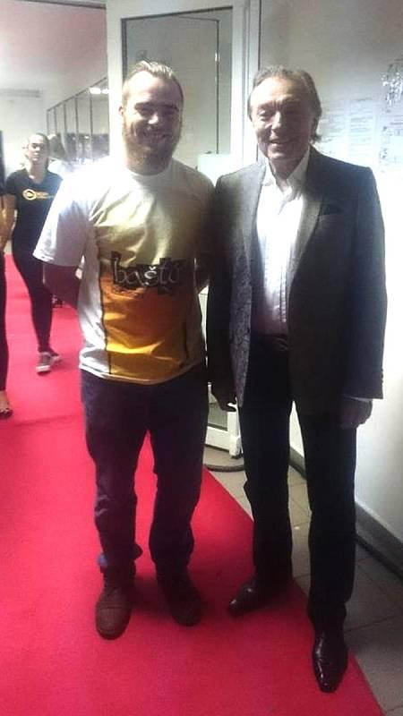 Karel Gott s fanouškem Adamem Žižkou při příbramském koncertě v roce 2015.