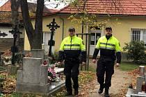 Na pořádek na hřbitovech a v jejich okolí v Příbrami dohlíží strážníci městské policie.