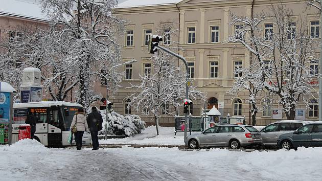 Jiráskovy Sady v Příbrami také zápasí s novým sněhem.