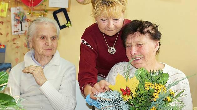 Výtvarná dílna v denním stacionáři Farní charity Příbram. Lenka Krákorová pomáhá s výzdobou Boženě Heverové.