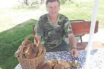 Vladimír Pikart houbaří v lesích u Borotic.