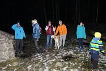 Pod rozhlednou se sešla skupina diváků, kteří chtěli vidět rozsvícení signálního ohně.