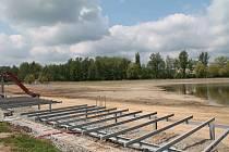 Revitalizace areálu Nový rybník v Příbrami postoupila. Právě se dokončují opravy z první části rekonstrukce. Rybník se také od pátku napouští.