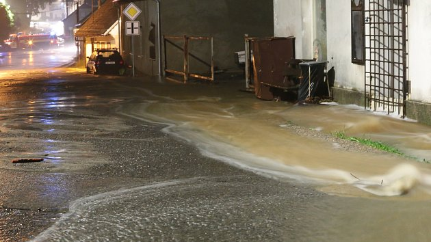 Voda z téměř přetékající nádrže Octárny musela být odpouštěna, další přitékala z lesů a valila se po ulicích, lidé měli zatopené sklepy a voda také vnikla do některých domů.