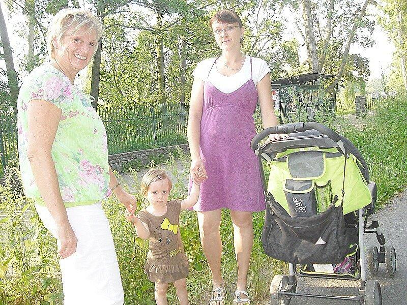 NEPOSEKANÉ OKOLÍ chodníku od starého viaduktu k Junior klubu už by si zasloužilo pozornost. Na snímku vpravo je Andrea Máchová na procházce s rodinou.