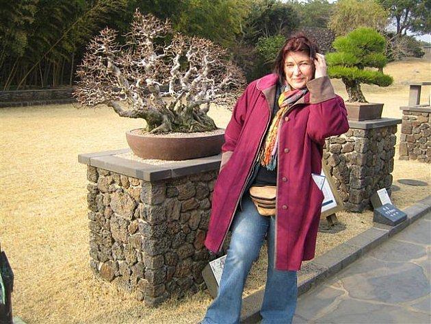 Dana Vlachová v zahradě bonsají na korejském ostrově Jeju.