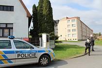 Policisté u domu zavražděného muže v Březnici.