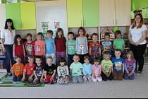 Děti a učitelky v Mateřské škole v Tochovicích.