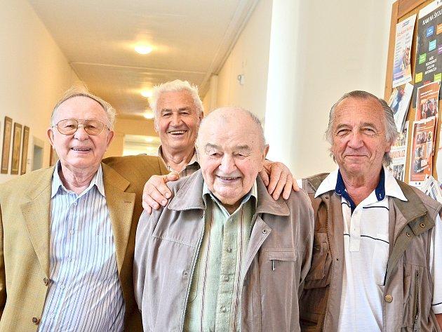 Na roky ve školních lavicích zavzpomínala ičtveřice bývalých spolužáků Tomáš Steiner, Bohumil Čížek, Jan Kouba a Jaroslav Hofman.