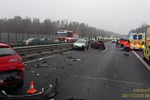 Při nehodě na dálnici D4 poblíž Kytína v sobotu 28. listopadu 2020 ráno havarovalo celkem devět aut, sedm ve směru na Strakonice a dvě v opačném směru.