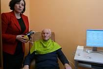 Sedlčanská lékařka Denisa Ranochová ukazuje léčbu na pacientovi Antonínu Kulíškovi.