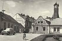 Pohled na radniční věž v Krásné Hoře nad Vltavou někdy začátkem 70. let 20. století.
