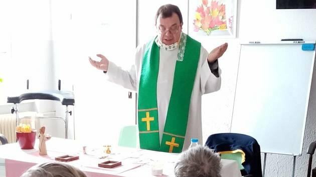 Dobrovolnictví v Oblastní nemocnici v Příbrami. Na snímku kněz Jan Kuník ze Svaté Hory.