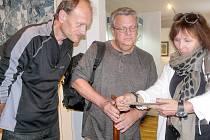 Rick Bryan řediteli muzea Davidu Hrochovi (na snímku vlevo) předal předměty pocházející přímo z bombardéru B-17 G.