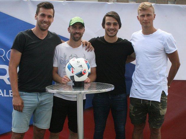 Promítání EURA na příbramském náměstí. Zleva: Jakub Štochl, Daniel Tarczal, Jaroslav Tregler a Antonín Barák.