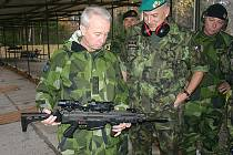 Gen. Sverker Göranson společně s gen. Františkem Malenínským při prohlídce útočné pušky CZ 805 Bren.