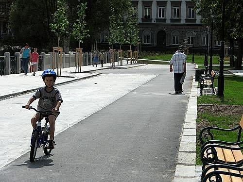 Pěší zóna okolo Hořejší Obory je už prakticky hotová, oficiální otevření je plánované ale až na začátek školního roku.