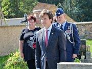 Velvyslanec uctil památku rodiny Pařízkových na tochovickém hřbitově.